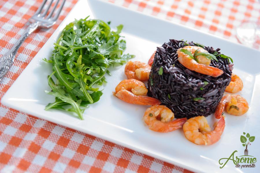 Creveti cu orez salbatic si salata de rucola