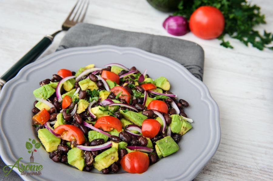 salata, fasole, avocado, rosii